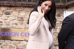 Meghan Markle in H&M-Kleid und Armani-Mantel