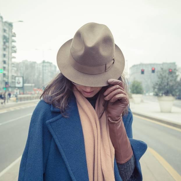 Ghosting: Eine Frau versteckt sich unter ihrem Hut