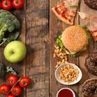 IIFYM: Gesunde und ungesunde Lebensmittel auf einem Tisch