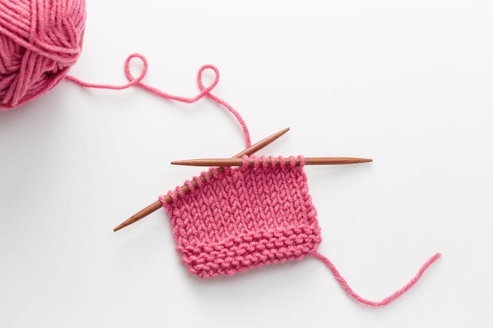 Kinderschal stricken: Rosafarbenes Strickteil