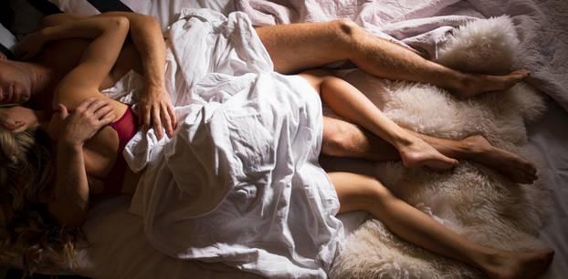 Studie: Ein Pärchen nach dem Sex im Bett
