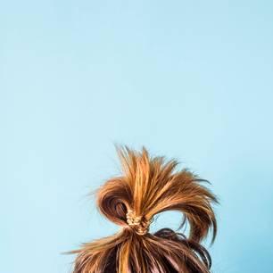 Bad Hair Day: Frau mit zersaustem Zopf