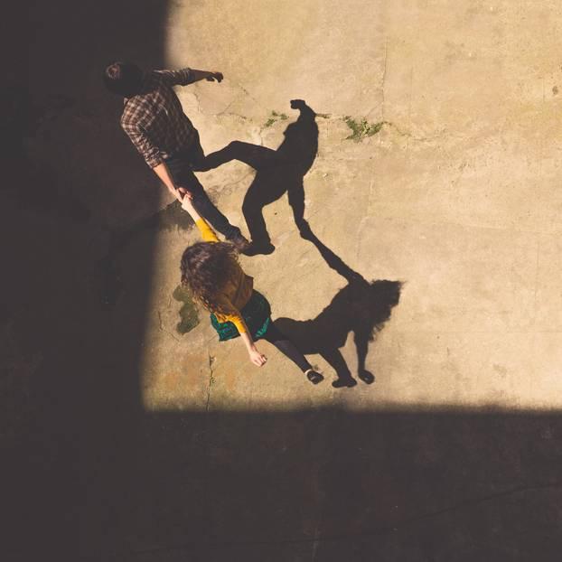 Holpriger Beziehungsstart: Pärchen springt herum