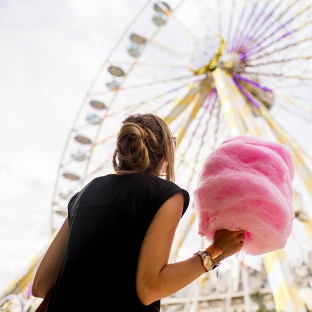 Leben aufräumen: Eine Frau mit Zuckerwatte vor einem Riesenrad