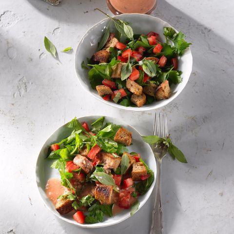 Kräuter-Rezepte: Brotsalat mit Thai-Basilikum