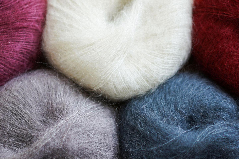 Kurzarmpulli stricken: Bunte Wolle zum Stricken
