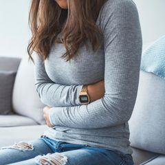 Bauchschmerzen: Frau hält sich den Bauch