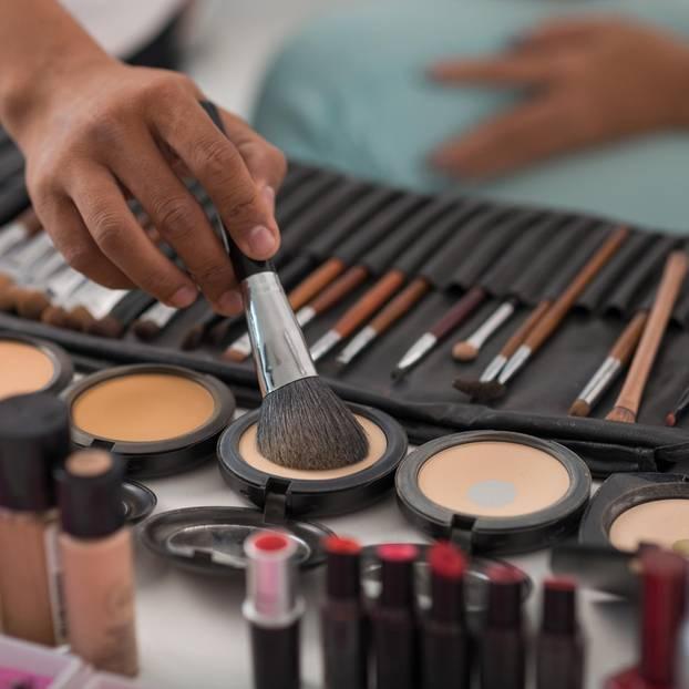 Boob Mask: Make-up Produkte auf dem Tisch