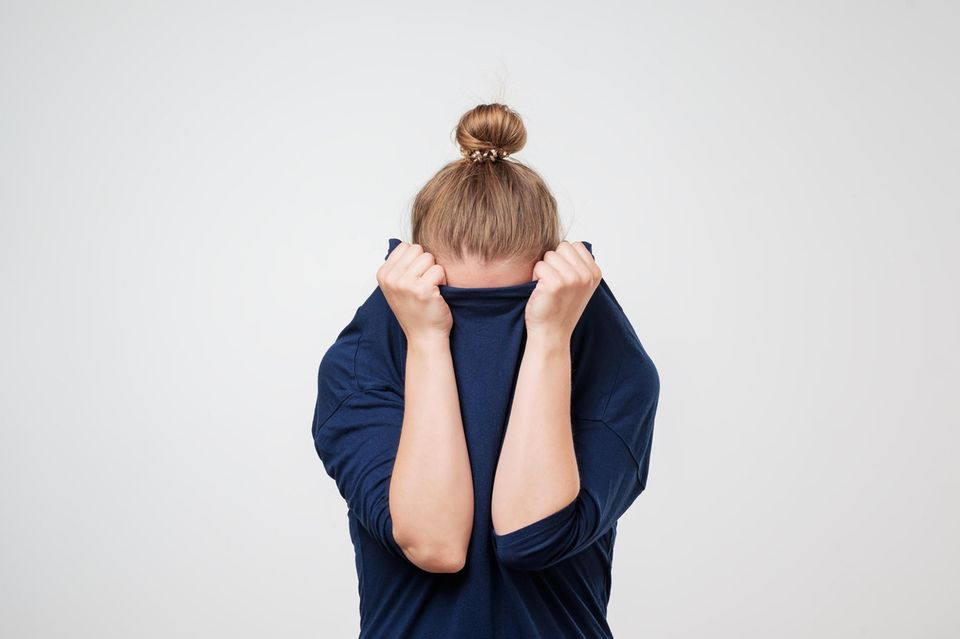 Flushing: Frau zieht sich Pulli über Kopf