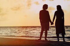 Ich liebe den Freund meines Sohnes: Pärchen am Strand, sie halten Händchen