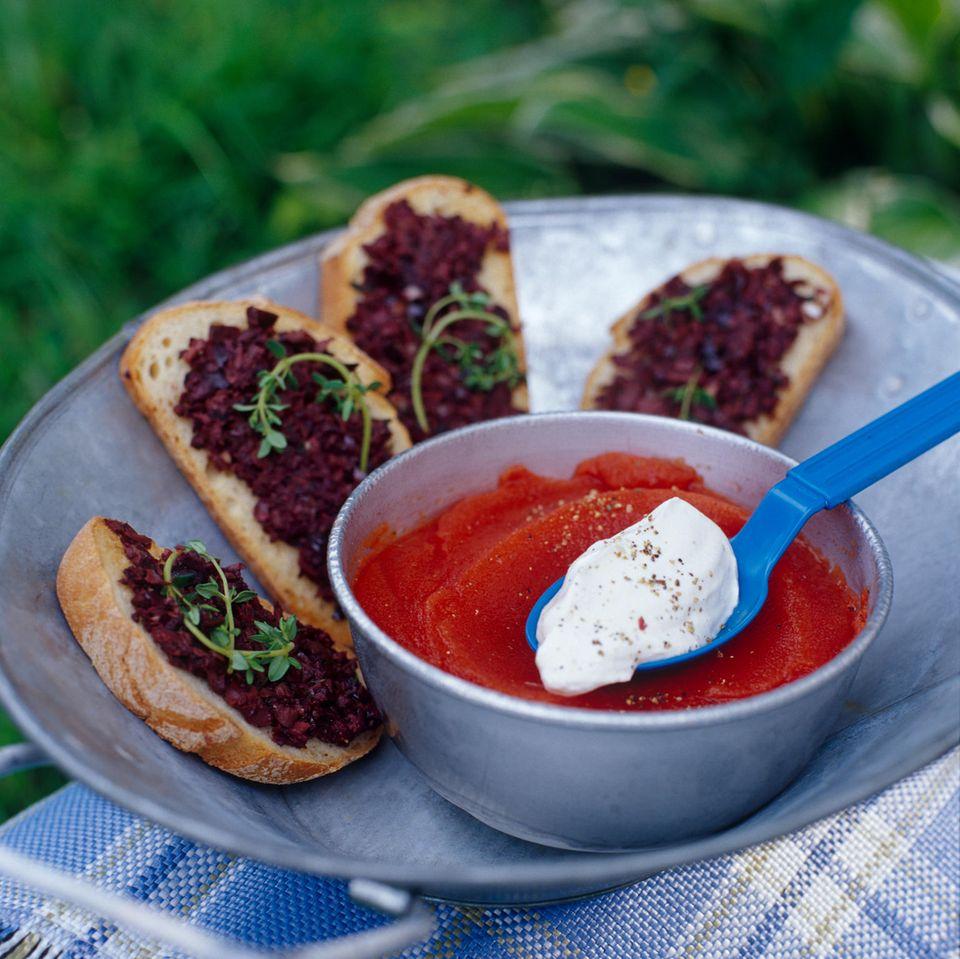 Tomatensorbet mit Oliven-Bruschetta