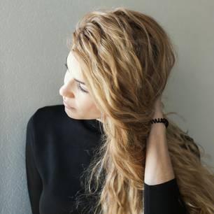 Wie wird man schlechte Gewohnheiten los? Junge blonde Frau überlegt
