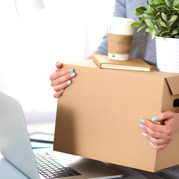 Umzug wegen Job: Umzugskiste am Schreibtisch