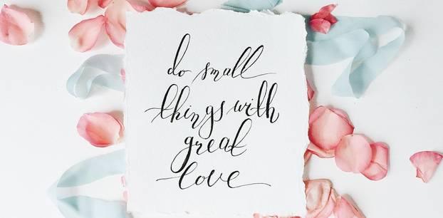 """Glückwünsche zur Hochzeit: Ein Zettel mit der Botschaft """"do small things with great love"""""""