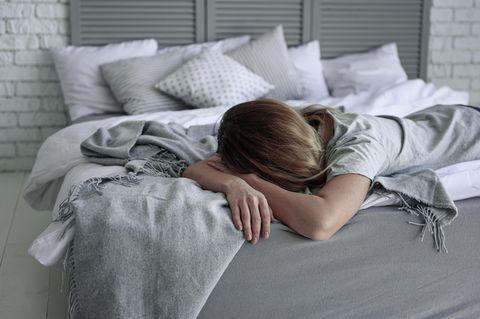 Schlafstörungen: Frau liegt schlaflos im Bett
