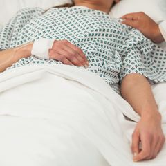 Hilflose Frau im Wachkoma bekommt Baby – Pfleger festgenommen