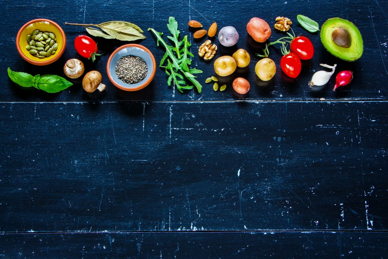 Wie macht sich Kaliummangel bemerkbar? Was du wissen solltest: Verschiedene Gemüsesorten und Samen stehen auf einem Tisch