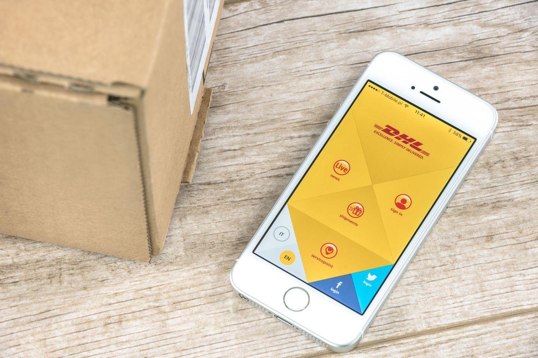 DHL Sendungsverfolgung: Smartphone mit DHL App neben Paket