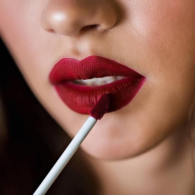 Make-up wie vom Profi: Frau mit rotem Lippenstift