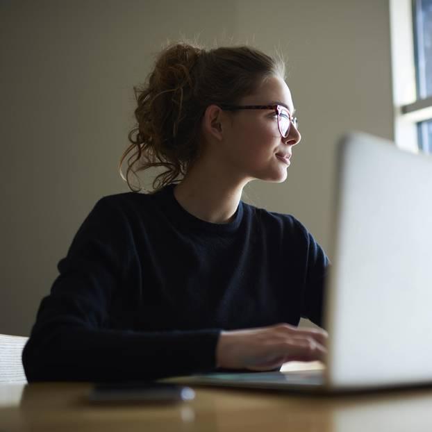 Gleichberechtigung im Job: Frau am Schreibtisch