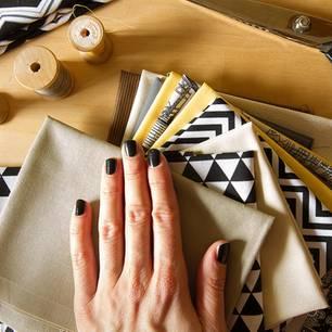 Näh-Ideen für Anfänger: die schönsten Anleitungen: Gestapelte Stoffe und eine Frau hält ihre Hand darauf