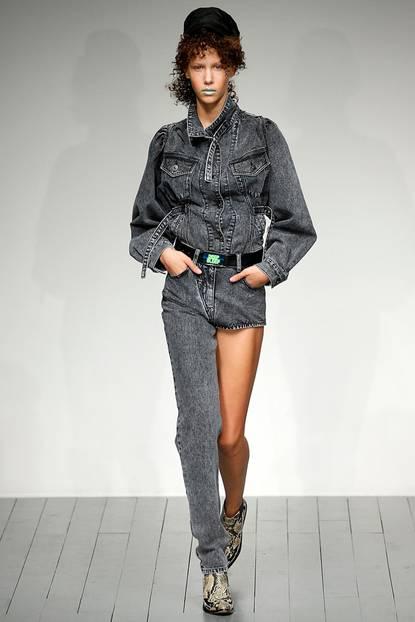 Merkwürdige Modetrends: Frau mit Hose mit nur einem Bein