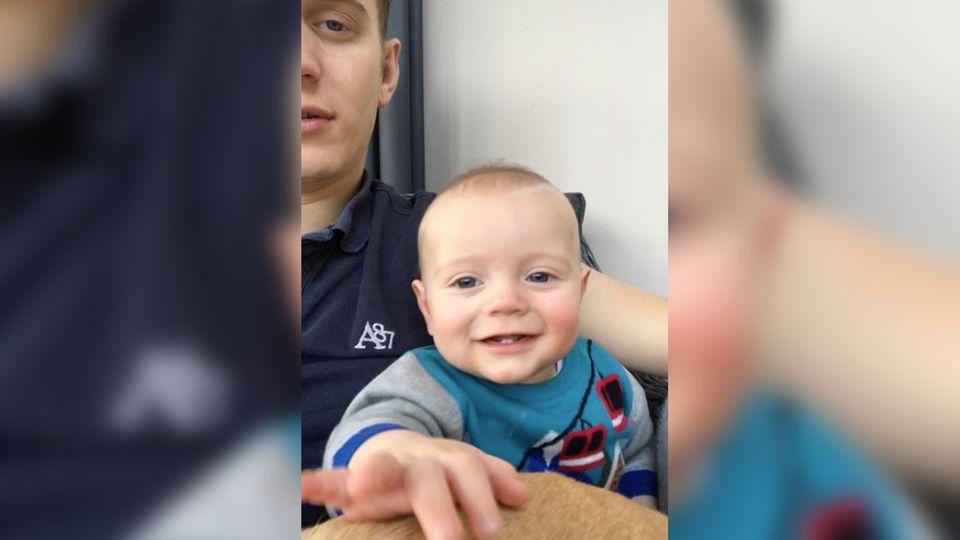 Papy hypnotisiert Baby mit einer Hand