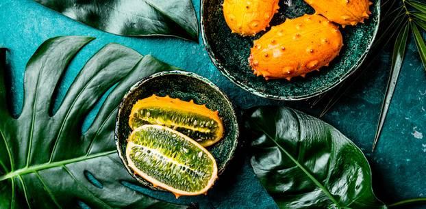 Kiwano: Rezeptideen und Wissenwertes rund um die Horngurke: Kiwano-Früchte in einer Schale