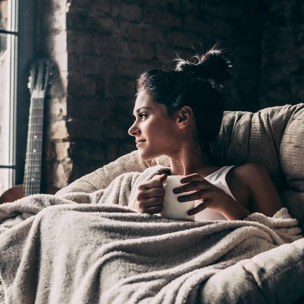 Gelassenheit: Frau auf dem Sofa