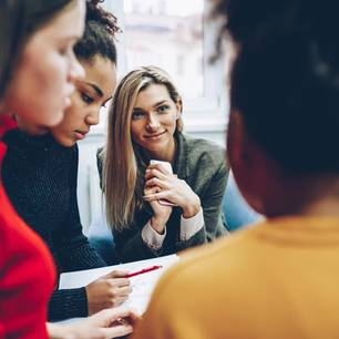 Working out loud: Frauen am Konferenztisch
