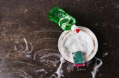 Spülmittel selber machen: Spülmittelflasche und Schwamm