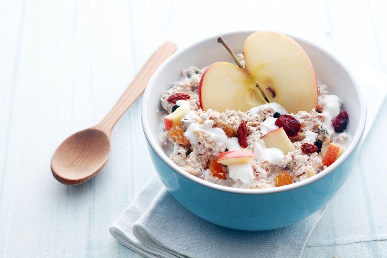 Ballaststoffreiche Ernährung: Früchtemüsli mit Apfel