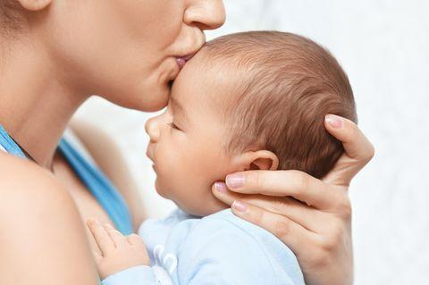 Baby kämpft ums Überleben: Mutter küsst ihr Baby