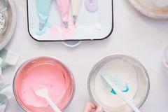 Zuckerguss selber machen: Grundrezept und Variationen: Schüsseln mit rosafarbenen und weißem Guss