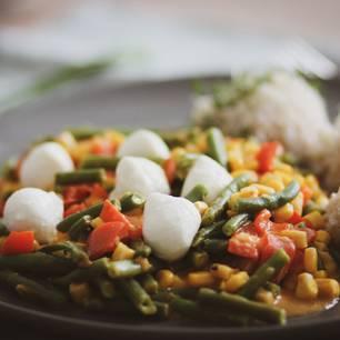 Bunte Gemüsepfanne mit Reis und Mozzarella