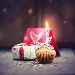 Älterwerden: Geburtstagskuchen und Geschenk