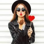 Valentinstag-Outfits: Frau mit Lolli