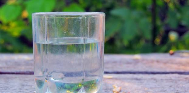 Milchige Gläser: Milchiges Glas mit Wasser