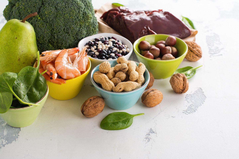 Mikronährstoffe: Schalen mit verschiedenen gesunden Lebensmitteln