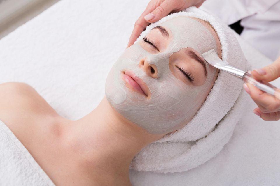 Brigitte Top Kosmetikinstitut Siegel: Frau bekommt eine Gesichtsmaske