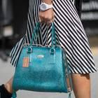 Jelly Shoes: Frau mit Gummi-Sandalen und türkiser Handtasche