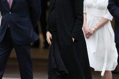 Meghan Markle: Meghan im schwarzen mantel von Givenchy