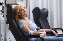 Wer darf Blut spenden: Frau spendet Blut