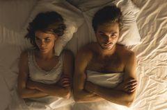 Reddit: Mann und Frau liegen mit verschränkten Armen nebeneinander im Bett