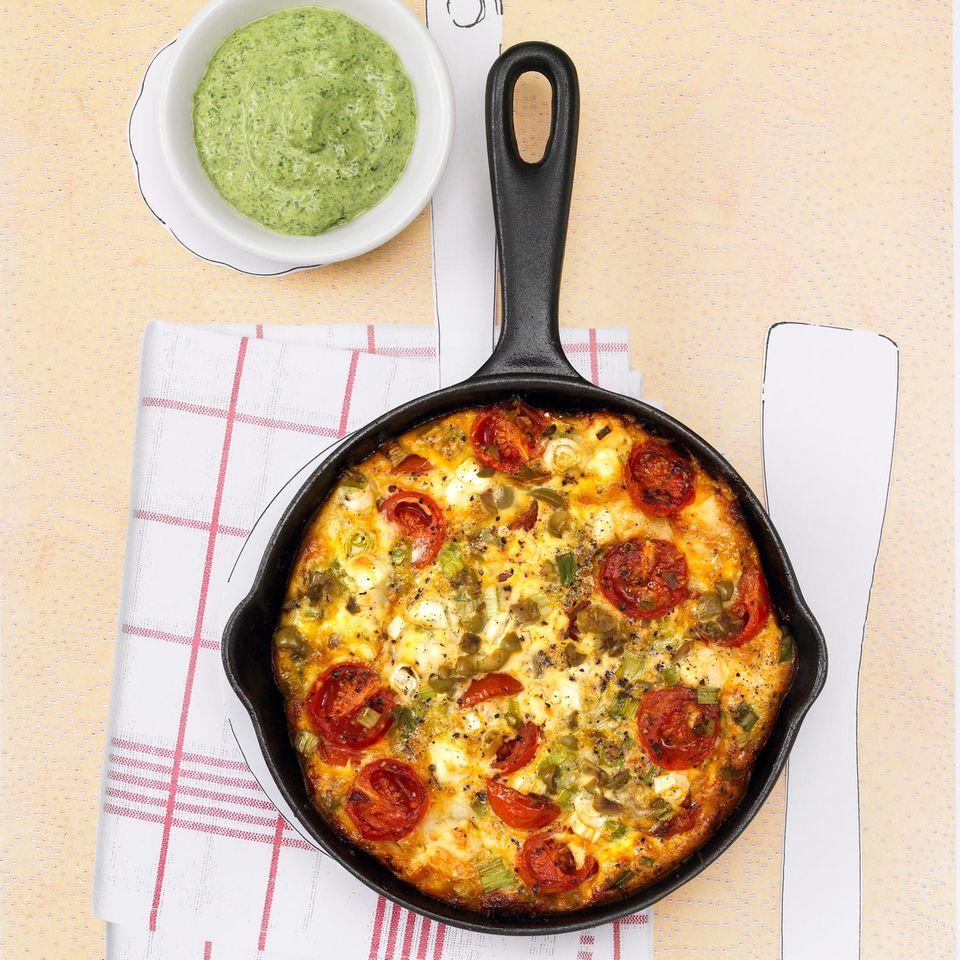 Tomaten-Frischkäse-Tortilla mit Oliven und grüner Soße