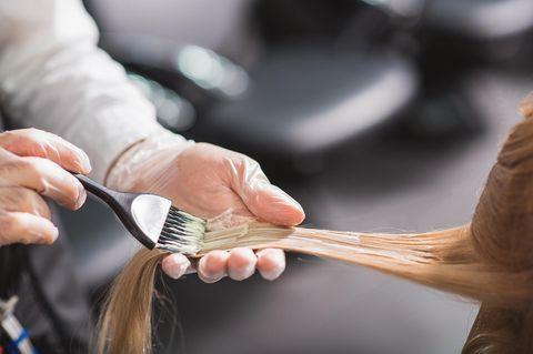 Cohcolate Lilac Hair: Friseur, der Haare Färbt