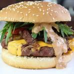 Zwiebel-Champignon-Cheeseburger