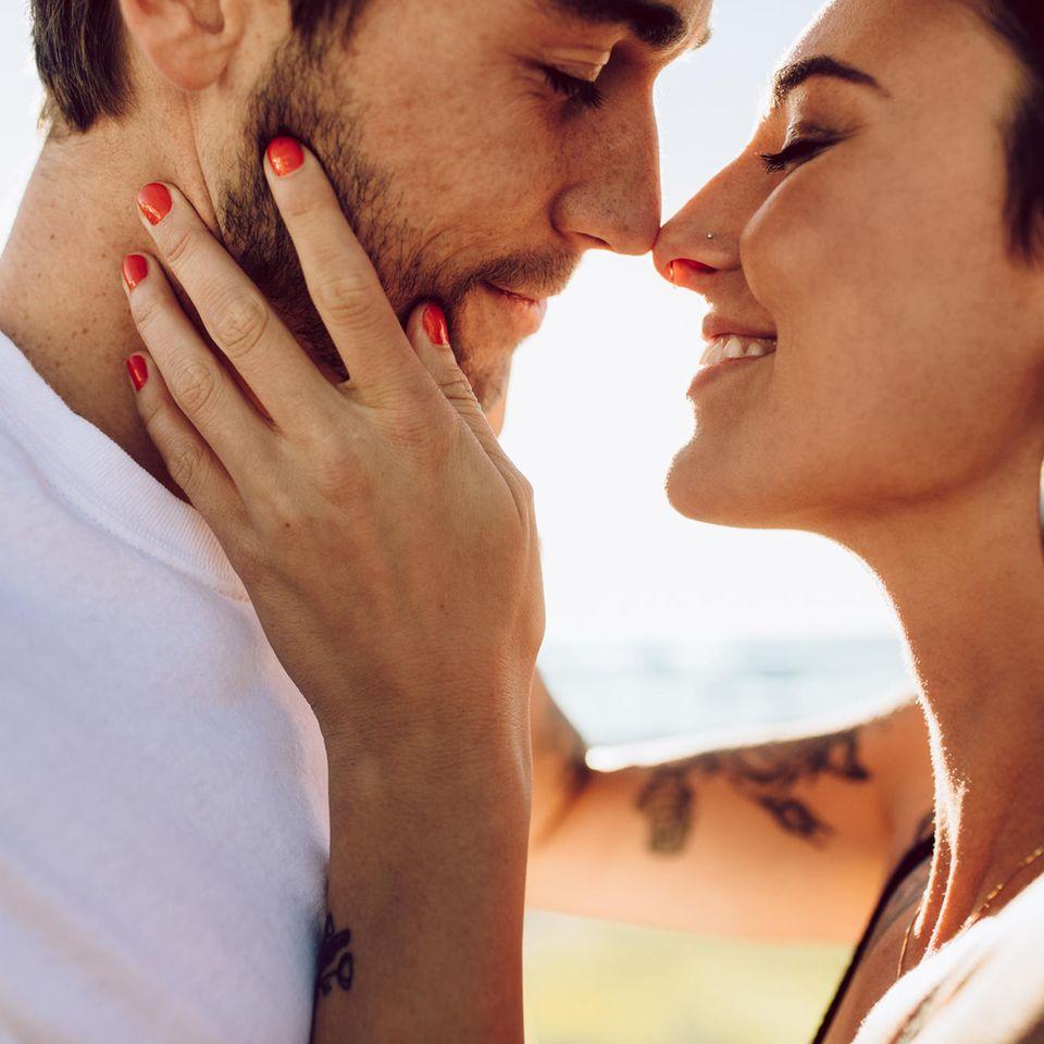 Besser küssen: Ein Pärchen, kurz bevor es sich küssz