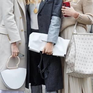 Weißer Mantel: Frauen mit weißen Taschen und Mänteln