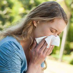 Heuschnupfen-Symptome: Frau leidet an Heuschnupfen